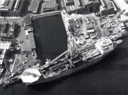 Klaar voor oplevering aan de afbouwkade van IHC Gusto BV. Het DP* boorschip 'Pelerin' (Co. 949). Op de helling links ligt de kiel van het laatste DP-boorschip de latere           'Polly Bristol' (Co. 950). IHC Gusto heeft in totaal 5 van dit soort schepen gebouwd. *Een DP-boorschip (Pelican Class – Dynamic Positioning) ligt niet aan ankers, maar wordt met behulp van           de twee voortstuwings-schroeven en een aantal dwarsscheepse schroeven op zijn plaats gehouden. De commando's aan deze schroeven worden gegeven door een computer, die voortdurend verandering           in windkracht, windrichting en stromingen registreert en vergelijkt met de positie die het boorschip moet innemen om te kunnen blijven boren. Met dit systeem kon in grotere waterdiepten           worden gewerkt dan ooit met verankerd materieel mogelijk was.