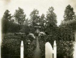 J.P.J. Brouwer wint tijdens het Oogstfeest 1920 (zoals op het bord staat), met zijn familietuin no. 23 in het Sterrebos, de 2e prijs voor goed onderhoud. Het Sterrebos was           gelegen in het gebied dat nu ongeveer de driehoek Wiltonhaven, Admiraal de Ruyterstraat en Westfrankelandsedijk is, uitlopend tot aan de Maaskant bij de villa van de N.V. Dok- en           Werfmaatschappij Wilton-Fijenoord.