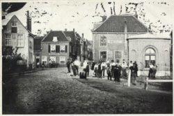 De Hoogstraat gezien vanaf de hoek met de Broersvest, rechts. Het achthoekig huisje is waarschijnlijk in gebruik is bij de douane voor het innen van de           invoergelden.