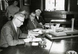 Het tekenen van de oprichtingsakte van Café- Restaurant