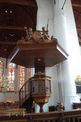 De Kansel/Preekstoel in de Havenkerk. Deze preekstoel komt uit het atelier van de Belgische beeldhouwer C.H.Geerts.