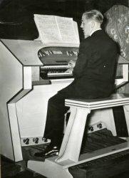 Naast Hammondorgels bouwt de firma Standaart ook gewone orgels. Dit orgel is geplaatst in café de