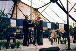 Tijdens de viering van het eeuwfeest van de St. Jacobuskerk in 1990. Links J.G. (Jan) van der Meer, voorzitter van het parochiebestuur, in het midden pastor Th. Kool en           rechts pastor C.A. Veltman.