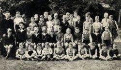 Eerste klas van de St. Thomasschool aan de Warande. De foto is gemaakt in de kloostertuin van het broederklooster aan de Warande. Geheel links onderwijzer Broeder Gondulfus.           Een namenlijst is beschikbaar bij de infobalie in de studiezaal.