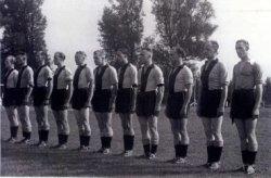 Het politie voetbalelftal S.P.V.S. met van links naar rechts: G. Fransen, T. Loomans, M. Geeratz, D.van der Voorden, J.van der Loo, C. van Luijk, H. Pluijm, J. van der Wal,           G. Mulder, C. Verkaik, en J. Dröge. Namenlijst en nummering van personen ook aanwezig in de map aan de balie in de studiezaal.