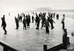 IJsbaan van de Schiedamse IJsvereniging aan de Westfrankelandsedijk, op een onder water gezet weiland. Opgericht in 1908 en tot 1922/1924 op die plaats gebleven. Daarna           verplaatst naar een weiland bij Spieringshoek.