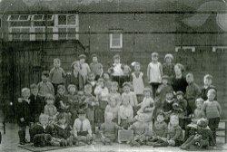 Een klas van de Mariabewaarschool aan de Laan omstreeks 1933, aldaar gevestigd sinds 1921. De naam van de school is verbonden met Maria Loopuijt. Zij schonk in 1843 het           gebouw in de Nieuwstraat waarin de school van 1843 tot 1921 gevestigd was. Daarna aan de Laan. Naamlijst is beschikbaar in de studiezaal, vraag naar de map 'Skopeo           detailgegevens'
