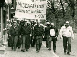 Protesterende politieagenten op weg naar de Hoofdstraat waar minister van Verkeer en Waterstaat Neelie Smit- Kroes het beeld zal onthullen ('de Wave