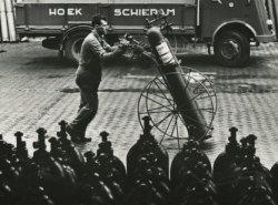 Het transport van gasflessen bij de firma N.V. W.A. Hoek's Machine- en Zuurstoffabriek in de Havenstraat.