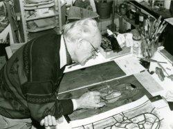 Glasschilder Frits Henderickx aan het werk in zijn atelier aan de Oude Sluis.