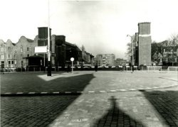 De afgesloten Oranjebrug over de Nieuwe Haven gezien van even voor de Frankelandkerk in de richting van de Oranjestraat met op de achtergrond de flat