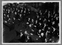 Mr. J.W. Peek neemt, gekleed in gala-uniform, afscheid als burgemeester van Schiedam van de gemeenteraad tijdens een bijzondere raadsvergadering in de aula van het Stedelijk           Museum Schiedam, wegens het bereiken van de 65-jarige leeftijd op 13-12-1964.