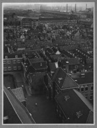 Op de voorgrond het Oude Kerkhof met een overzicht van het oude stadscentrum in de richting van de Broersvest. Rechts vooraan schoolgebouw, in 1916 gebouwd voor School A.           Later hierin School F, sinds 1947 geheten Mathenesseschool.