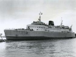 De veerboot 'Free Enterprise III' (Co. 538) net na de tewaterlating op 14 mei 1966. Sleepboten verlenen assistentie om het schip, dat dwars op de Nieuwe Waterweg ligt zo           snel mogelijk af te meren aan de afbouwkade van 'IHC Gusto BV'.
