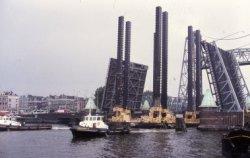 Werkeiland 'Avala' gebouwd in opdracht van Ivan Milutinovic in Belgrado (voormalig Joegoslavië). Het eiland is gebouwd op de Werf Gusto in Slikkerveer. Het eiland wordt op           transport gezet naar de eigenaar. Hier passeert het transport Rotterdam.