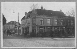 Café Restaurant de Kroon, gezien vanaf de Hoogstraat met op de achtergrond de hoek Rotterdamsedijk/Buitenhavenweg. In 1925 is het pand afgebroken i.v.m. de aanleg van een           nieuwe Koemarktbrug.
