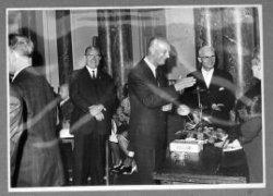 Wethouder W. van Schooneveld (met bril, rechts) neemt op 5 september 1966 afscheid van de gemeentepolitiek met een receptie in de aula van het Stedelijk Museum Schiedam.           Geheel rechts mevrouw C. van Schooneveld-Linde.
