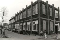De Zalmstraat gezien vanaf de Dwarsstraat. Op de hoek de voormalige St. Willibrordusschool gelegen aan de Dwarsstraat 33. Geheel links de voormalige Koningin           Wilhelminaschool, die sinds augustus wordt gebruikt als ateliers voor kunstenaars, aan de Zalmstraat 27.