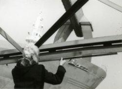 Schade aan de vlucht van een 12 tons wipkraan bij Dok- en Werfmaatschappij Wilton-Fijenoord, na een botsing met de ligger van de brugkraan. Hier wordt de vervorming van de           vlucht gemeten door de heer T. Don.
