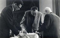 Afscheid van Berend Loer Mzn. hoofd afdeling Personeel bij de gemeente Schiedam op 28 april 1967. Van links naar rechts zijn te zien: zoon van B. Loer Mzn, B. Loer Mzn. en           burgemeester Harm Roelfsema.