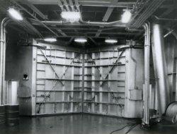 De veerboot 'Free Enterprise III' (Co. 538) had een dubbel dek voor auto's. Hier een overzicht van het open auotdek boven (het principe van Roll-on Roll Off ) schepen, met           een doorsteek naar beneden naar het tweede autodek eronder.