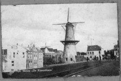 Gezicht vanaf de Vlaardingerdijk in de richting molen de Drie Koornbloemen. Rechts van de molen Hotel Restaurant Beijersbergen. Links de benedendijkse bebouwing van de           Vlaardingerdijk.