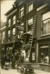 Het fotografisch atelier van Arie Dettmeijer (1884-1967), van 1918 tot 1926 gevestigd aan de Hoogstraat 81. Het atelier werd geopend op 9 november 1918.