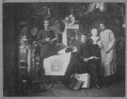 Schiedamse kunstenaars bijeen in het atelier van G. v.d. Meijden aan de Lange Haven. Met van links naar rechts: E.M. Beukers; G. v.d. Meijden en Arend Willem Maurits Odé,           beeldhouwer, geboren op 26 augustus 1865 te Kethel en later hoogleraar te Delft.