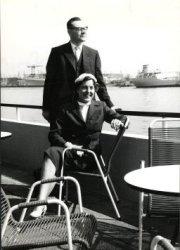 De heer M. Holl, scheidend voorzitter van de Schiedamse Gemeenschap, met zijn echtgenote op het terras van restaurant Europoort aan de maasboulevard.