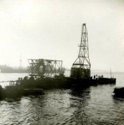 Transport van toren en machinehuis van 12 tons wipkraan (kraan no (39 / 933) op U.S.A. ponton naar afbouwkade.