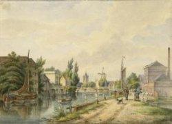"""Gezicht op de stad Schiedam vanaf de Buitenhavenweg. Rechts in de voorstelling de in 1853 gereedgekomen stoompelmolen """"De Rijsthalm"""" van J.G. van Dusseldorp. Deze           allereerste stoommolen, een rijstpel- en maalmolen die ook als ruwmolen voor de branders kon worden gebruikt, stond toen nog op het grondgebied van de zelfstandige gemeente Oud en Nieuw           Mathenesse. De molen bleef in gebruik tot het eind van de jaren 1870. De oorzaak van de sluiting was de concurrentie van vijf andere stoommolens, maar bovendien het einde van de laatste           bloeiperiode van de moutwijnindustrie. Later kwam op het terrein van de molen de firma De Kuyper die in 1910 besloot daar een nieuwe fabriek te bouwen die een jaar later kon worden           betrokken. In het midden van de voorstelling de toren van de Grote Kerk en rechts daarvan de in 1779 gebouwde molen De Meiboom. Geheel links een branderijpand annex graanpakhuis. Een           aangrenzende mouterij links daarvan, op de plaats van de boom, is niet afgebeeld. In deze panden kwam eind negentiende eeuw een sodafabriek, later de Nederlandse Patent- en           Kristalsodafabriek voorheen Dury & Hammes. Rechts van de branderij enkele theehuizen behorend bij de herenhuizen aan de Tuinlaan waar onder andere de families Nolet, Van der Schalk,           Vernède, Loopuyt, Rijnbende en Maas woonden. De kunstenaar Pieter Daniel van der Burgh werd geboren in Den Haag in 1805. Als schilder kreeg hij zijn opleiding van zijn vader de           landschapschilder Hendrik van der Burgh. Pieter schilderde voornamelijk stadsgezichten, met name in Den Haag waar hij ook werkzaam was als tekenmeester. Hij overleed te Rijswijk in 1879. De           stoompelmolen De Rijsthalm kwam in 1853 gereed, terwijl de molen De Meiboom in 1860 tot baliehoogte werd afgebroken. De aquarel moet in die periode zijn gemaakt, waarschijnlijk tussen 1853           en 1855."""
