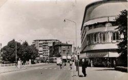 De Gerrit Verboonstraat, gezien ongeveer vanaf de kruising met de Lange Nieuwstraat. Rechts de HAV-bank. Rechts over de Koemarktbrug hotel restaurant café De Kroon. Op de           achtergrond de flat Singelwijck.