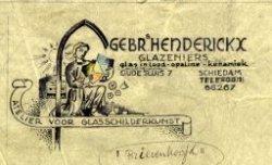 Knielend persoon met papieren in de handen onder een boog. Ontwerp voor een briefhoofd van Gebrs Henderickx glazeniers; atelier voor glasschilderkunst te           Schiedam.