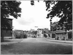 De Singel gezien vanaf de Huis te Riviereweg in de richting van de Emmastraat. Links de brandweerkazerne met daar rechts van een stalen trap naar de behuizing van de           Schiedamse Radio Centrale.