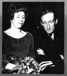 Pierre Janssen, directeur van het Stedelijk Museum Schiedam van 1956 tot en met 1962. Hier bij zijn afscheid als directeur van het Stedelijk Museum Schiedam, met           echtgenote.