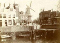 De hoek van de Lange Haven met de Koemarkt. In het midden café Bellevue met daarnaast molen De Batavier. Rechts café Restaurant de Kroon met de tramhalte van de stoomtram en           een gedeelte van de Koemarktbrug.