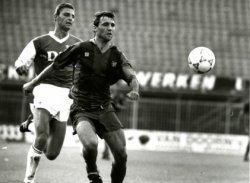 Een duel uit de voetbalwedstrijd SVV - Barcelona tussen SVV'er Michel Vonk en Barcelonaspeler Hristo Stoitsjkov.