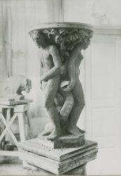 Het nieuwe doopvont voor de Grote of Sint Janskerk in het atelier van de kunstenaar J.Bergman in Den Haag.