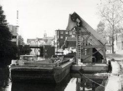 Werkzaamheden aan de kade van de Buitenhaven. Rechts de Buitenhavenweg, in het midden de Havenkerk met rechts daarvan Café Restaurant