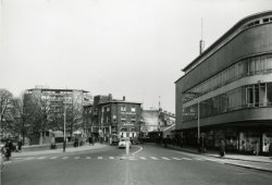 De Gerrit Verboonstraat, gezien in noordelijke richting, naar de Koemarkt. Van links naar rechts: flat Singelwijck, hotel-café- restaurant