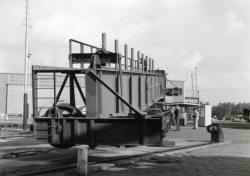 Transport deel bovenloopkraan voor ketelmakerij (G hal) oostzijde werf.