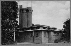 De Brandweerkazerne met slangentoren aan de Singel. In de jaren 1936/1937 werd er een verdieping opgebouwd voor de huisvesting van de Schiedamse Radio           Distributie.