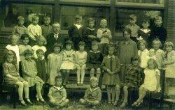 Een klassenfoto van de Koningin Wilhelminaschool aan de Lekstraat of de Zalmstraat. Hoofd der school de heer L.Heukels, onderwijzeres mej. J. de Lange. Naamlijst en           nummering van personen in de map aan de balie van de studiezaal.