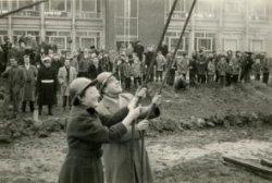 Namens de Christelijke Jonge Vrouwen Federatie (C.J.V.F.) en Christelijke Jonge Mannen Vereniging (C.J.M.V.) sloegen mej. G.(Geertje) Mak en de heer W(im F. de Wolf de           eerste paal in de grond voor de bouw van de door ir. J. Bakema van architectenbureau Van de Broek en Bakema ontworpen gebouw dat toen nog de Nieuwe Westerkerk heette en later de officiële           naam Opstandingskerk kreeg. Beide verenigingen hadden samen de eerste paal voor 550 gulden gekocht en mochten daarom hun initialen daarop afbeelden en de gebeurtenis           verrichten.