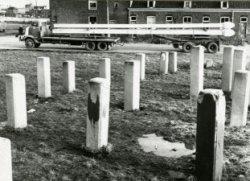 Een heipalenveld op de hoek van de Nieuwe Damlaan en de Burgemeester Honnerlage Gretelaan. In 1965 verrees hier verzorgingshuis Thurlede. Op de achtergrond woningen aan de           Tuinstraat. Links de hoek met de Damlaan.