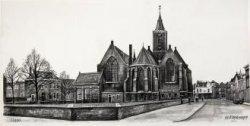 Gezicht op de oostzijde van de Grote of Sint Janskerk, met links het Oude Kerkhof en rechts de Lange Kerkstraat, uitkomend op de Grote Markt.