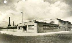 Fabriekspand van Bottelo N.V., erkende bottelaar van Coca-Cola, aan de Van Deventerstraat, De bottelcapaciteit was 18.500 flessen Coca-Cola per uur.