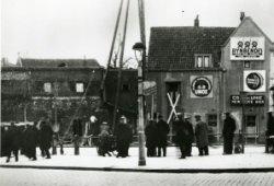 De noordzijde van de Gerrit Verboonstraat tussen Westvest en Lange Haven. Men is bezig met een heistelling voor het slaan van palen t.b.v. nieuwbouw op de hoek van de           Westvest en de Gerrit Verboonstraat. Op de hoek met de Lange Haven, Café de