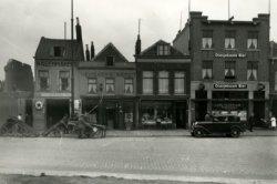 Gedeelte van de Broersvest, rechts van de te bouwen Passage. Links van de foto is te zien de afbraak van de panden voor de bouw van de Passage. Daar rechts aansluitend de           wagenverhuurderij van Stokhof, café Lion d'Or, de slagerij van Van der Geer en café Centraal.