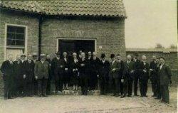 Opening Hofje van Belois in de Aleidastraat, op zaterdag 31 juli 1926. Op deze datum verzamelden zich twee regenten met hun dames, alsmede twee wethouders en een aantal           raadsleden met nog enkele andere genodigden zich bij de regentenkamer. Ook waren aanwezig de aannemers P.A. Heijnsbroek en C. Leenderts, alsmede de architect de heer A. Stahlie. Van de 23           personen op de foto zijn er 10 bekend. De namen die we missen zijn wethouder D. Boddeus, de raadsleden C.H. Scheffers, Mr. Kavelaars, J.H. Steens, W. v.d. Hoek, M.J. van Pelt en H.E.           Waardenberg. Ook de heer J.F. Lechner was bij de opening aanwezigen de opzichter bij de bouw van het hofje de heer P.C. v.d. Toolen. Naamlijst en nummering van de personen in de map aan de           balie in de studiezaal.